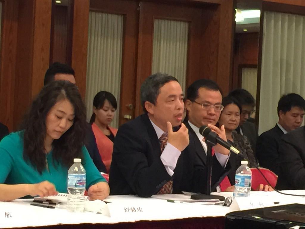 图为万向北美公司总裁倪频在会上发表讲话